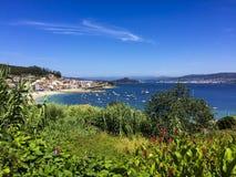 Praia e cidade perto de Sanxenxo, Galiza Imagem de Stock