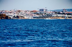 Praia e construções na costa do Algarve, Portugal Fotos de Stock