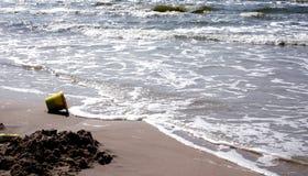Praia e a cubeta imagens de stock royalty free