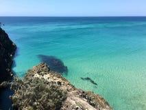 Praia e desfiladeiro australianos da ilha no verão foto de stock