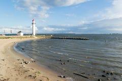 Praia e farol de Hellevoetsluis, Países Baixos Foto de Stock