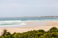 Praia e farol de St Francis do cabo na distância fotografia de stock royalty free