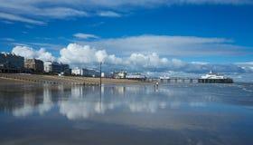 Praia e frente marítima de Eastbourne fotografia de stock