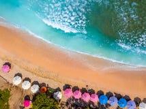 Praia e guarda-sóis tropicais Silhueta do homem de negócio Cowering imagem de stock royalty free