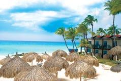 Praia e hotel tropicais de Caribian Imagem de Stock
