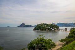 Praia e ilha de Viagem da boa com Rio de janeiro Skyline no fundo - Niteroi, Rio de janeiro, Brasil fotos de stock