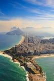 A praia e Ipanema de Copacabana encalham em Rio de janeiro, Brasil imagem de stock
