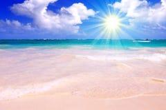 Praia e luz do sol ideais das caraíbas. Fotos de Stock Royalty Free