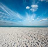 Praia e mar bonitos fotos de stock