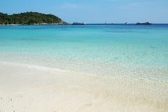 Praia e mar bonitos Imagem de Stock Royalty Free
