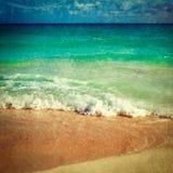 Praia e mar bonitos imagem de stock