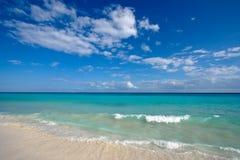 Praia e mar bonitos fotos de stock royalty free