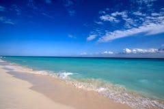 Praia e mar bonitos foto de stock royalty free