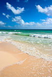 Praia e mar bonitos foto de stock