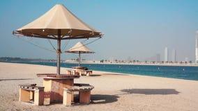 Praia e mar bonitos da areia no Dubai video estoque