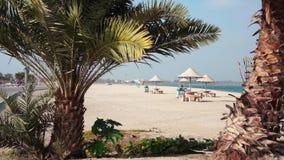 Praia e mar bonitos da areia no Dubai filme