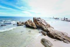 Praia e mar com céu Fotografia de Stock Royalty Free