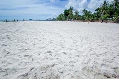 Praia e mar com céu Fotos de Stock Royalty Free