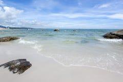 Praia e mar com céu Imagens de Stock Royalty Free