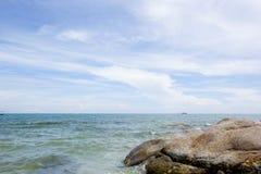 Praia e mar com céu Foto de Stock Royalty Free