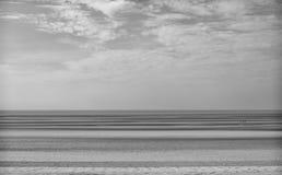 Praia e mar monocromáticos fotografia de stock