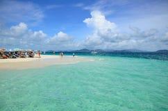 Praia e mar muito verdes Imagem de Stock Royalty Free