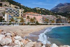 Praia e mar na cidade de Menton em Riviera francês Fotos de Stock Royalty Free