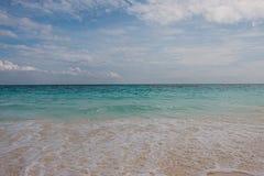 Praia e mar no céu azul Imagem de Stock Royalty Free