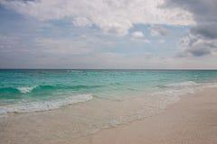 Praia e mar no céu azul Imagens de Stock