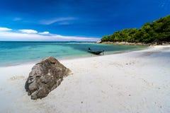 Praia e mar tropicais fotografia de stock