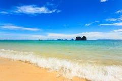 Praia e mar tropical Foto de Stock
