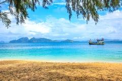 Praia e mar tropical Imagens de Stock Royalty Free