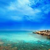 Praia e mar tropical com sol/o mar/Tropica brilhantes de turquesa Imagens de Stock