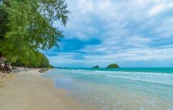 praia e mar tropical no fundo do c?u azul fotografia de stock