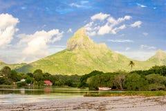 Praia e montanha do mar Fotos de Stock Royalty Free