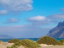Praia e montanhas - costa bonita em Caleta de Famara, Ilhas Canárias de Lanzarote imagem de stock royalty free