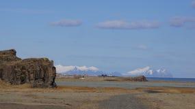 Praia e montanhas em fjörds do leste Islândia imagem de stock