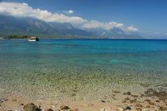 Praia e montanhas turcas do Touro. Kemer, Turquia Fotos de Stock