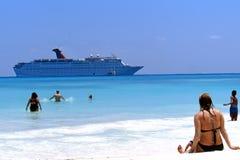 Praia e navio de cruzeiros Imagens de Stock