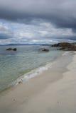 Praia e nuvens escuras foto de stock royalty free