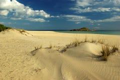 Praia e nuvens pitorescas Foto de Stock Royalty Free