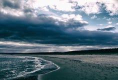 Praia e nuvens temperamentais atmosféricas Foto de Stock Royalty Free