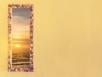 a praia e o creme tonificam a parede decorada com conchas do mar Foto de Stock