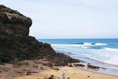 Praia e o penhasco Fotos de Stock Royalty Free