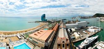 A praia e o porto de Barcelona com uma vista aérea Catalonia na Espanha A praia, o passeio e a bordadura do porto Imagem de Stock Royalty Free