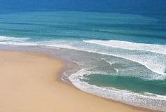 Praia e ondas imagem de stock