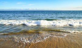 Praia e ondas imagens de stock