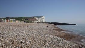 Praia e ondas de Seaford com os penhascos de giz no fundo Sussex do leste Reino Unido vídeos de arquivo