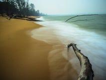 Praia e ondas no modo lento do obturador Imagens de Stock