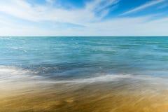 Praia e ondas pequenas Imagem de Stock Royalty Free